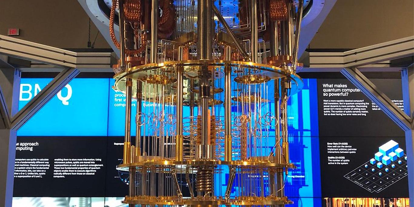Квантни рачунар IBM-а IBM прави квантне рачунаре са потенцијалом да реше неке проблеме у областима финансијских услуга, лекова и вештачке интелигенције. У јануару 2019. представили су први универзални квантни рачунар IBM Q System One који први пут ради изван лабораторија за истраживање и који може бити користан у свету науке, али и бизниса. Представљен је као први интегрисани систем квантног рачунања за комерцијалну употребу.
